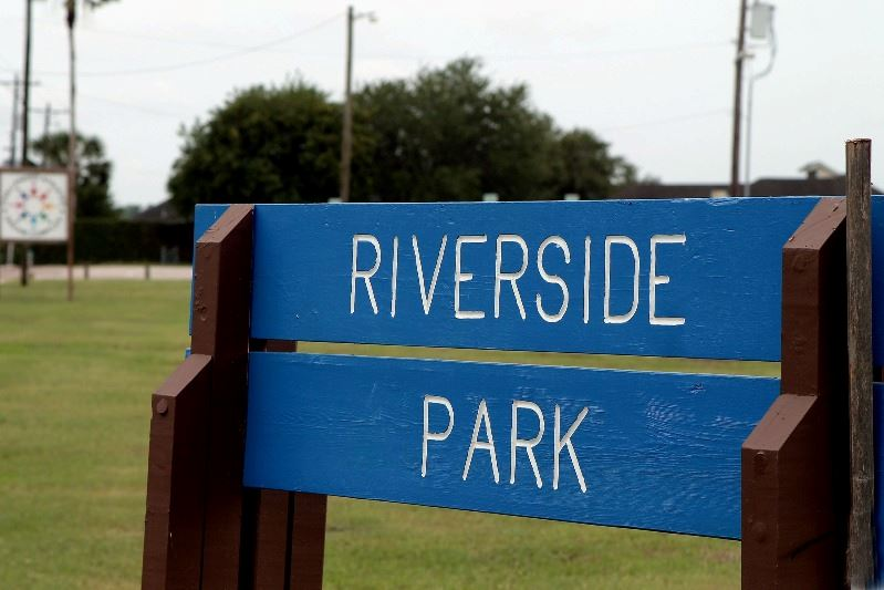 Riverside Park sign